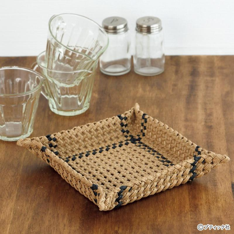 ベージュ&黒のモダンなデザイン「四つだたみ編みのトレー」の作り方